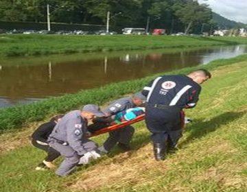 Motorista perde controle de veículo e cai no Rio Paraibuna