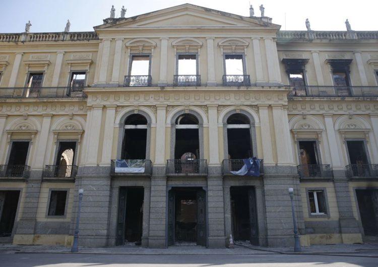 Funcionários entram no Museu Nacional em busca de peças do acervo