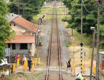 Mãe com bebê é atingida por trem no Poço Rico