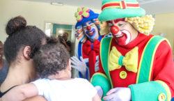 Médicos do Barulho e os palhaços Patati Patatá levam alegria…