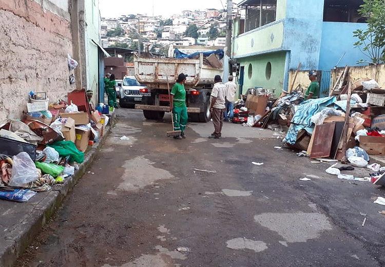 PJF retira toneladas de lixo de duas casas nos bairros Furtado de Menezes e Vila Olavo Costa