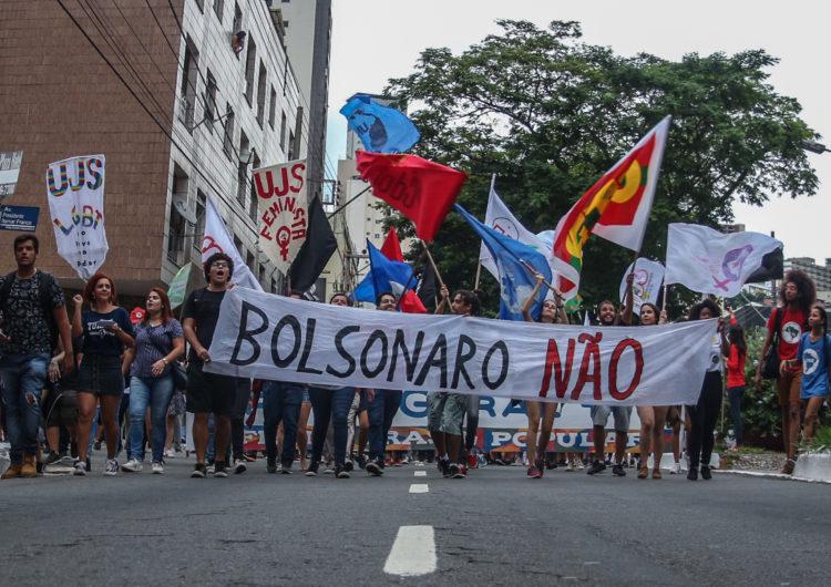 Manifestantes se mobilizam contra o bloqueio de verbas nas universidades públicas e a Reforma da Previdência