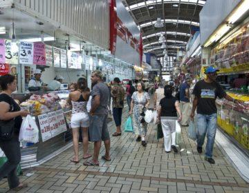 Intenção de consumo das famílias cai 1,7% de abril para maio, diz CNC