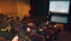 Jovens aprendizes assistem a palestra sobre mercado de trabalho
