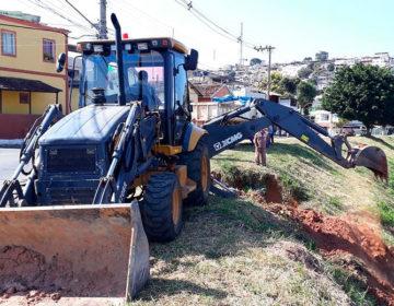Secretaria de Obras realiza intervenção em rede pluvial nas margens do Rio Paraibuna