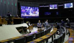 Câmara aprova auxílio de R$ 600 para pessoas de baixa…