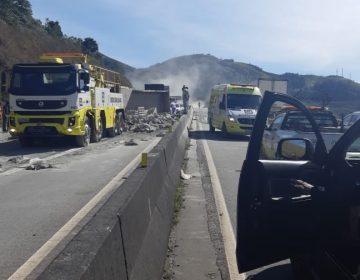 Caminhão tomba próximo a Oliveira Fortes e deixa uma pessoa morta