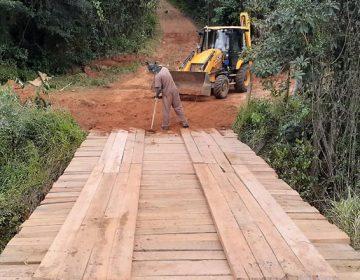 Secretaria de Obras realiza melhorias em estradas rurais e reforma de ponte