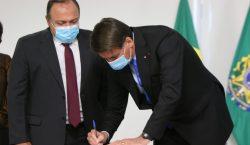 Presidente assina Medida Provisória que garante produção de vacina contra…