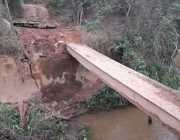 Secretaria de Obras faz manutenção em redes de drenagem e reforma ponte