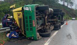 Motorista de carreta é regatado após acidente em Lima Duarte