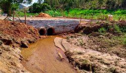 Secretaria de Obras limpa córrego no Recanto dos Lagos e constrói bueiro em estrada na zona rural