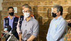 Romeu Zema acompanha a distribuição de seringas, utilizadas para a…