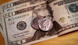 Dólar fecha abaixo de R$ 5 pela primeira vez em…