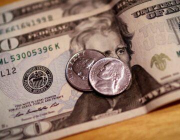 Dólar fecha abaixo de R$ 5 pela primeira vez em mais de um ano