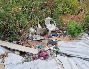 Excesso de entulhos na encosta leva Defesa Civil a interditar casas em Santa Luzia