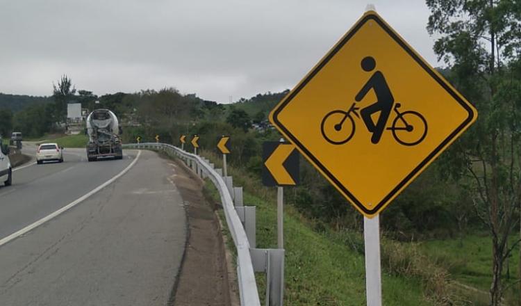 Rodovia BR-040 recebe placas de sinalização para ciclistas