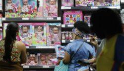 Intenção de consumo das famílias fica estável em outubro